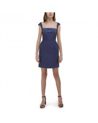 Приталена сукня з глибоким декольте і широкими бретелями