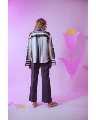 Шелковая блуза с широкими манжетами и декоративными принтами
